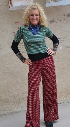 Wachaukaro: T-Shirt, Papermoonhose, Handstulpen, Dreieckstuch >> Fotoshooting Barbara