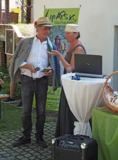 kurz vor Beginn: Organisator Herr Wolfgang Paar; Designerin Brigitta Lipold
