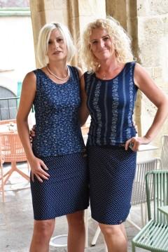 Modell links: Stretchrock € 69,-; T-Shirt ärmellos € 55,-; Modell rechts: Stretchrock € 69,-; T-Shirt ärmellos € 55,