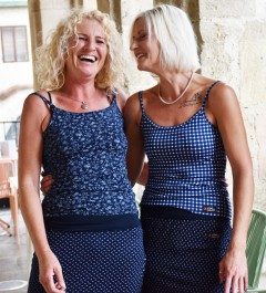 Model rechts: Stretchrock € 69,-; T-Shirt spaghetti € 52,-; Modell rechts: Stretchrock € 69,-; T-Shirt spaghetti € 52,-