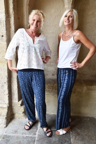 Modell links: Papermoonhose schmales Hosenbein € 109,- Top € 89,-;Modell rechts: Papermoonhose € 109,-