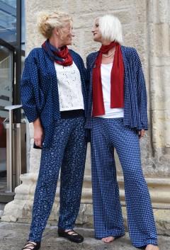 Modell rechts: Modell: Papermoonhose schmales Hosenbein € 109,-; Kimono € 169,-; Top € 89,-; Loop € 45,-; Modell rechts: Papermoonhose € 109,-; Jacke € 169,-; dünner Schal € 29,-